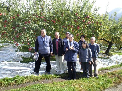 リンゴ畑で記念撮影(26.11.7)