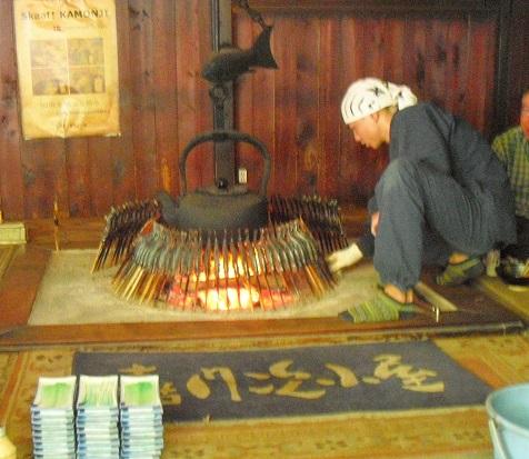 7 嘉門次小屋で岩魚を焼く