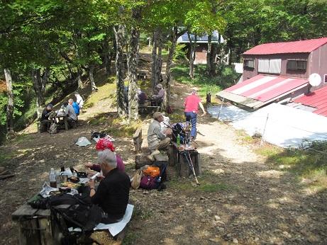 9 稲村小屋へ到着・昼食