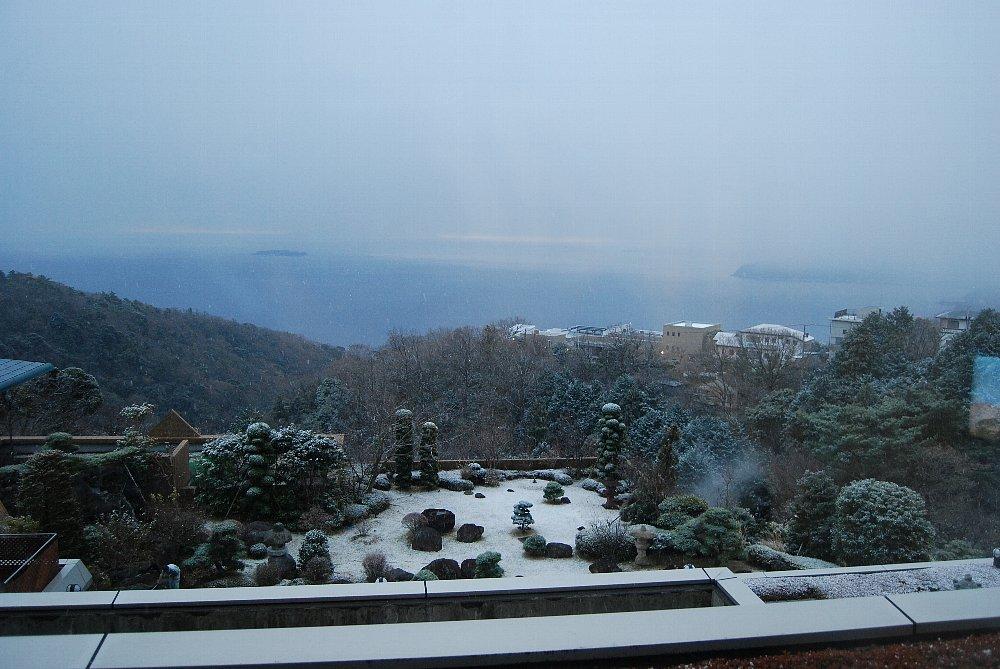 保養所で正月0001 雪が降っている