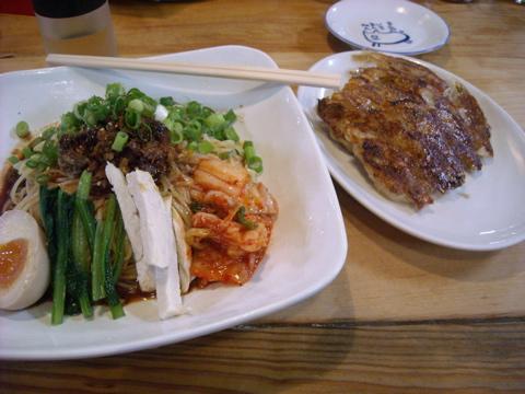 ピリカラ冷麺とギョーザ