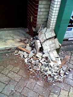 落ちてきた外壁
