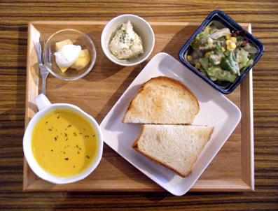『小古道具店 四歩 sippo cafe(シッポ カフェ)』のベーコンとチーズのサンド