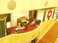 バルコニーのステージで演奏