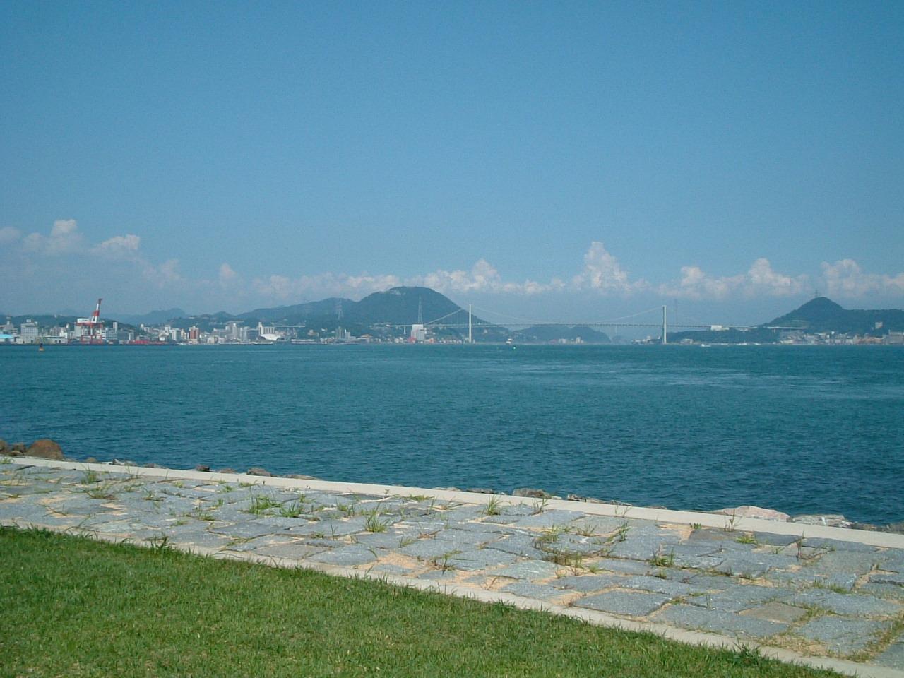 船島(巌流島)から関門橋を望む