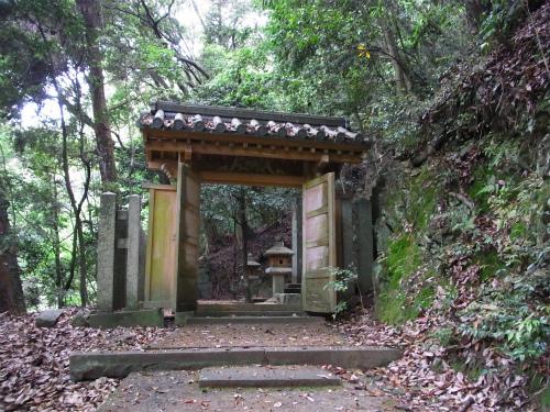 吉川広家の墓入り口