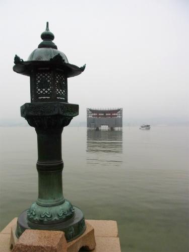 厳島神社灯篭と鳥居