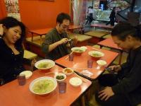 vo大野いずみさんg村山義光氏お客様とラーメンを食べる