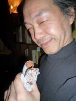 ドーナツを食べるg村山義光氏