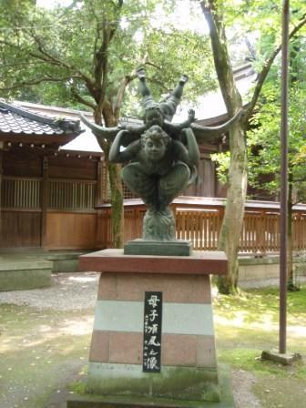 尾山神社の怪しげな像