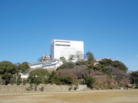 大修理中の姫路城と元日の青空