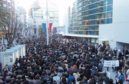 入場待ちの人で溢れる横浜アリーナ