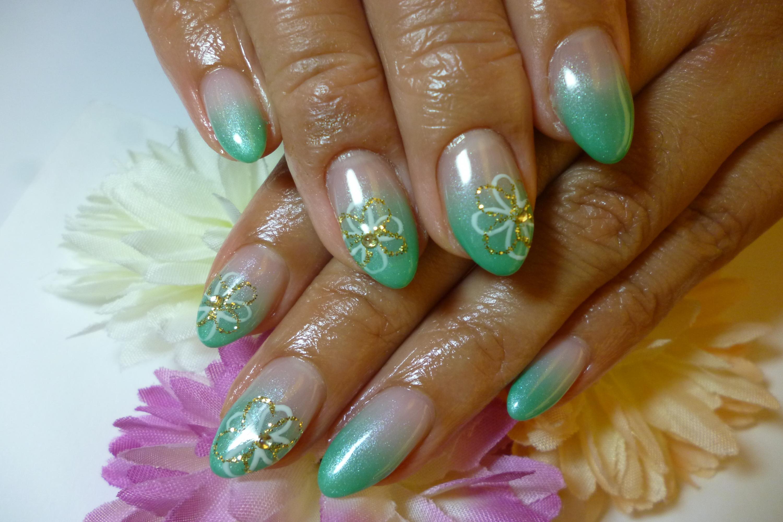 2013ネイルデザイン 葉色グリーンのグラデーションネイル お花ネイル