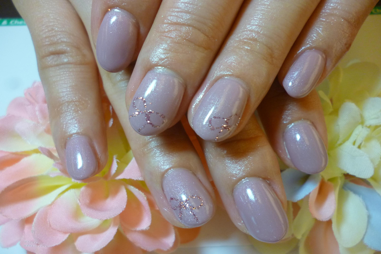2013ネイルデザイン シンプル紫ベージュのワンカラーネイル リボンアートネイル