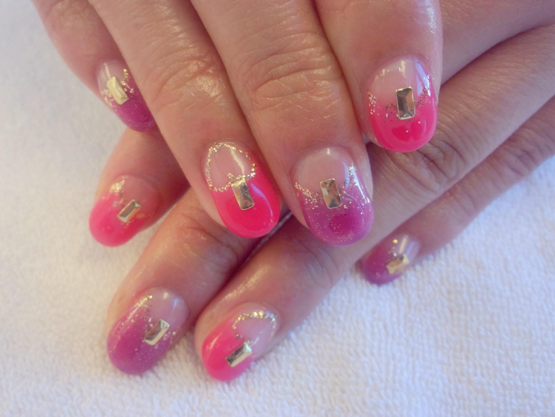 ピンクtパープルのスタッズネイル ネイルデザイン ネイル画像 ネイルフレンチ ネイル逆フレンチ