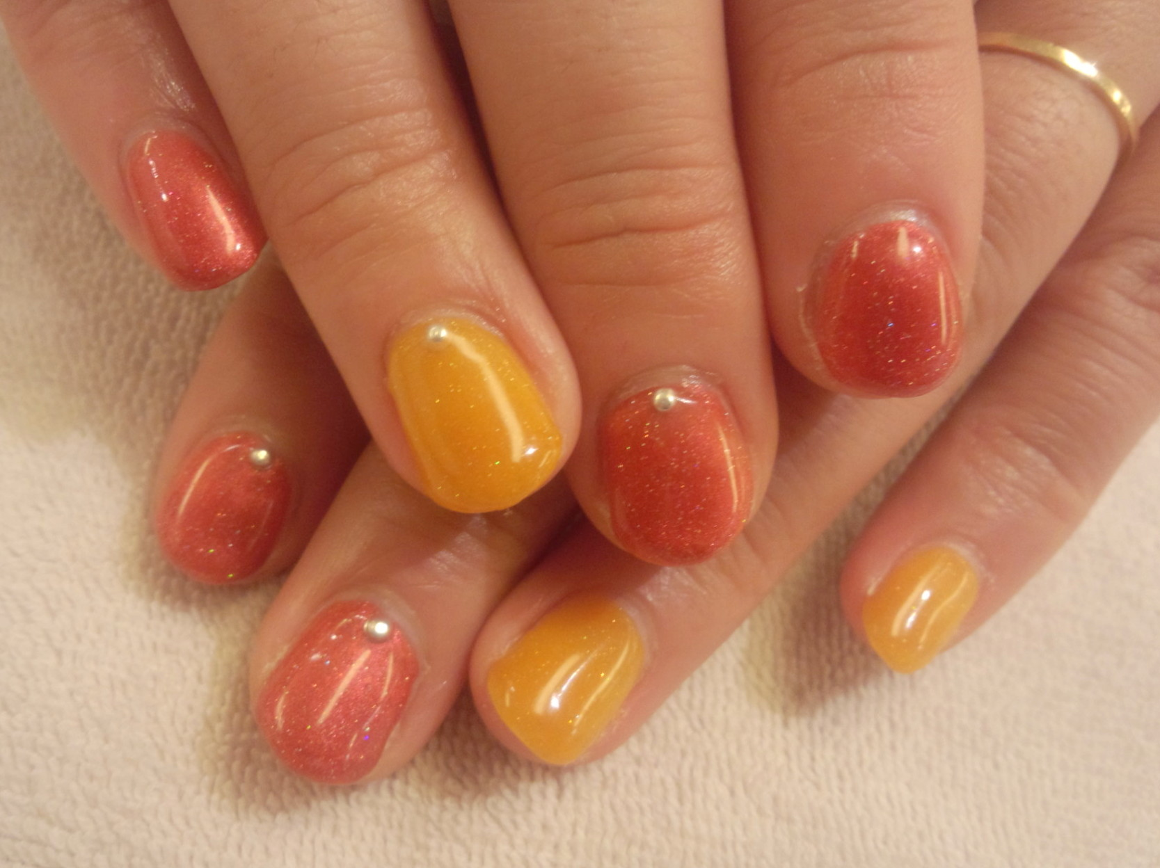 オレンジ 春色カラー ジェルネイル バイカラーネイル ネイルデイン オレンジネイル ネイル画像 エレガント ネイルデザイン ジェルネイル画像