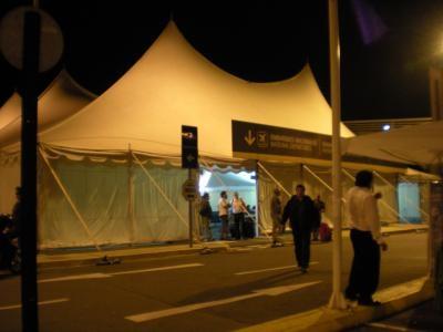 空港 テント