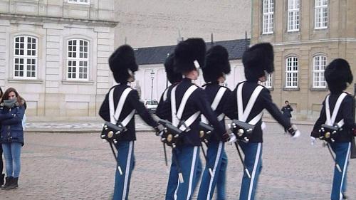4つの王宮の建物前に立つ衛兵の交代が規則正しく行われています