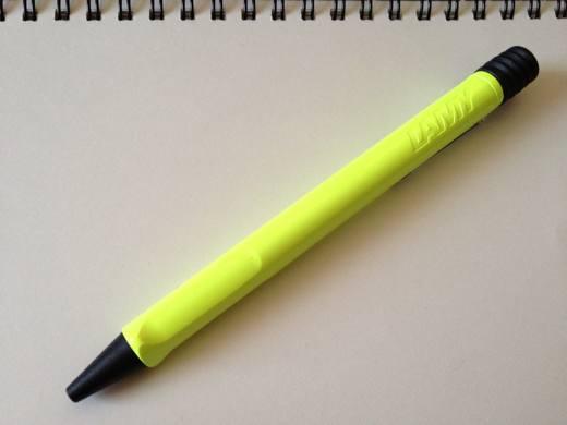 safariのネオンイエローのボールペン