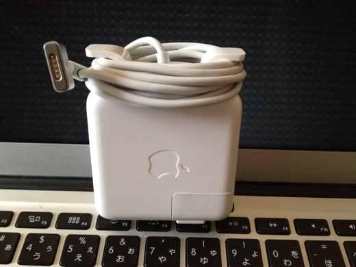 Macの充電器をぐるぐる巻いた