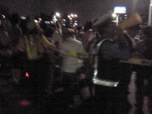 警察に連行される人々・・・ではなくて花火の歩行規制を受けてます。