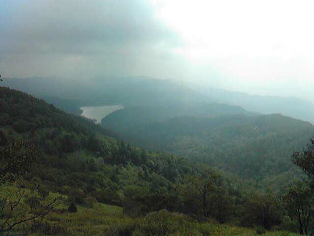 眼下に湖が見える山はいい山である。