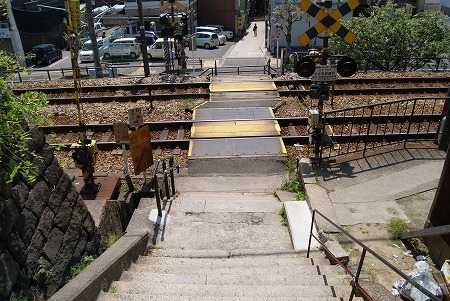 階段の先には線路