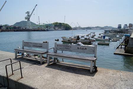 堤防にあるベンチ