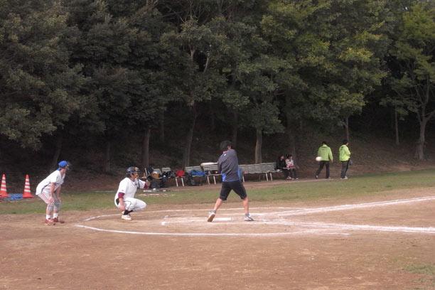 パパは現役大学生VS卒業生とのソフトボールの試合に出てました。ソフトボール部でもないのになんでかは知らない(笑)