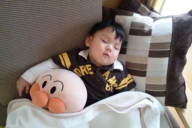 アンパンマンの存在さえ知らないのに仲良く昼寝する息子(笑)