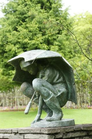 傘に隠れて