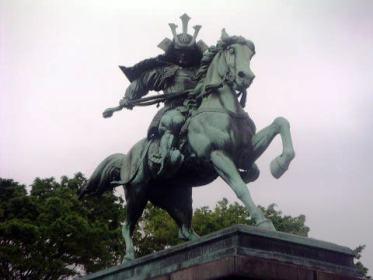 皇居前広場に建つ楠木正成像