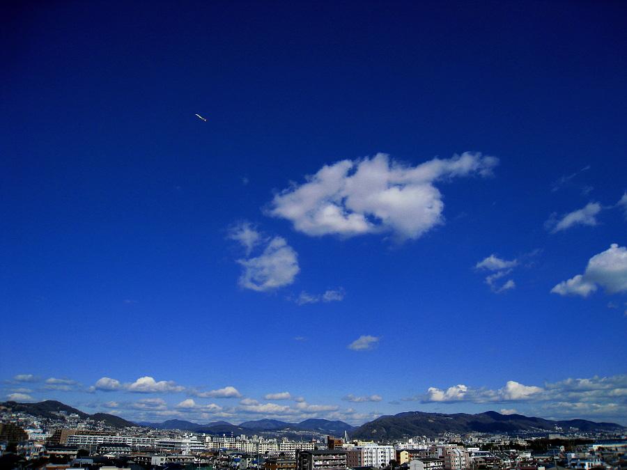 今日の五月山方面の空@昼休み(by IXY DIGITAL 910IS)