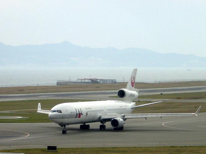 2004年4月11日/JAL MD-11 J-Bird@関西国際空港展望デッキSkyView(by SONY CyberShot DSC-P5)
