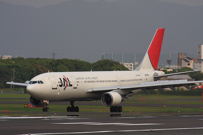 JAL A300-622R JAL127@RWY14Rエンド・猪名川土手(by 40D with SIGMA APO300/2.8EX DG+APO TC2x)