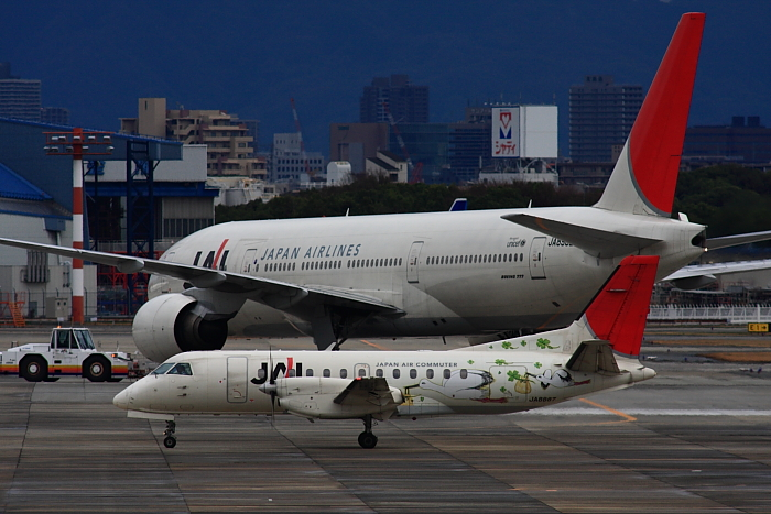 JAL B777-246 JAL126&JAC SAAB340B JAC2352@下河原緑地公園展望デッキ(by 40D with SIGMA APO300/2.8EX DG+APO TC2x)