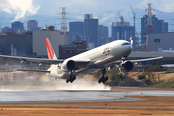 JAL B777-346 JAL2081@下河原緑地公園・展望デッキ(by KDX with SIGMA APO300/2.8EX DG+APO TC2x)