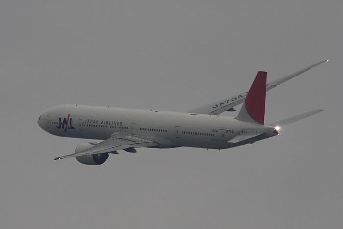 JAL B777-346ER JAL3002@RWY14Rエンド・猪名川土手(by 40D with SIGMA APO300/2.8EX DG+APO TC2x)