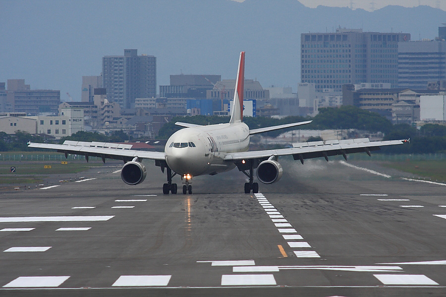 JAL A300-622R JAL111@RWY14Rエンド・猪名川土手(by EOS40D with SIGMA APO300/2.8EX DG+APO TC2x)