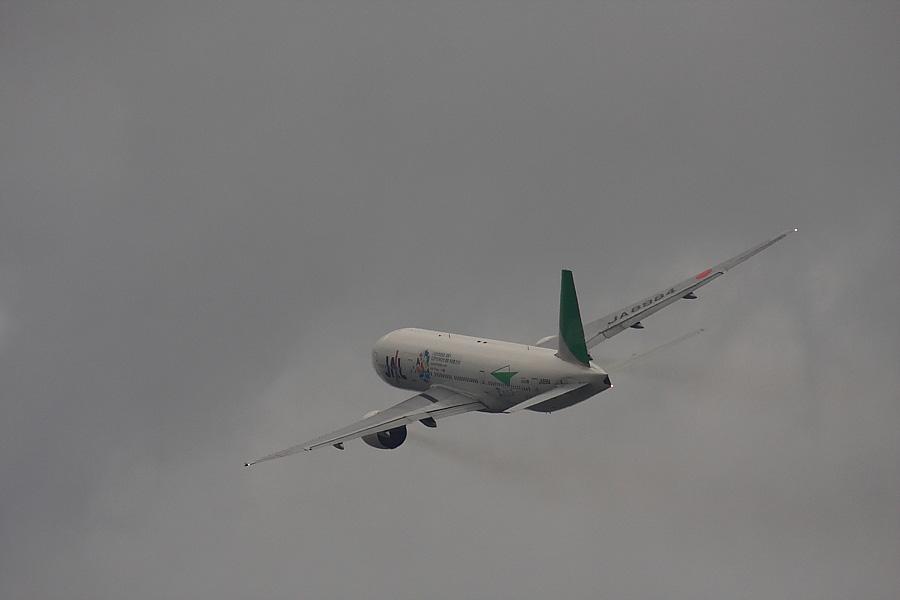 JAL B777-246 JAL112@RWY14Rエンド・猪名川土手(by EOS40D with SIGMA APO300/2.8EX DG+APO TC2x)