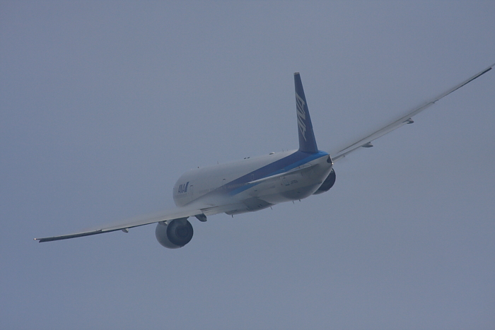 ANA B777-381ER ANA2176@RWY14Rエンド(by 40D with SIGMA APO300/2.8EX DG+APO TC2x)
