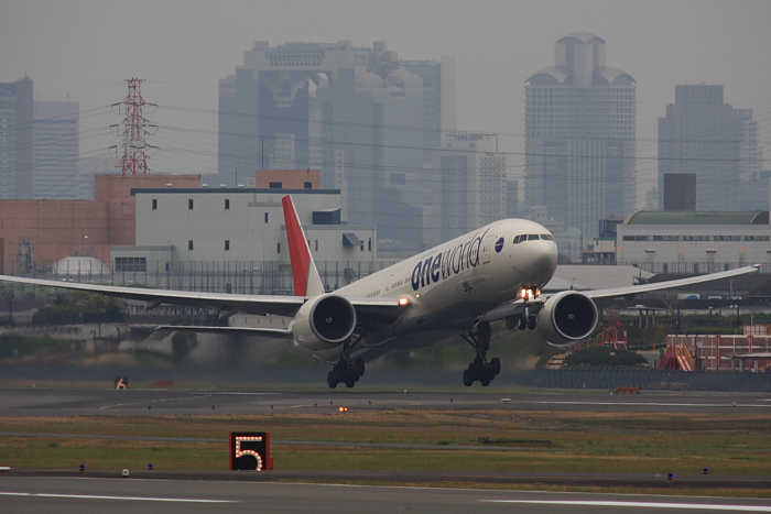 JAL B777-346ER JAL3002@エアフロントオアシス(by 40D with SIGMA APO300/2.8EX DG+APO TC2x)