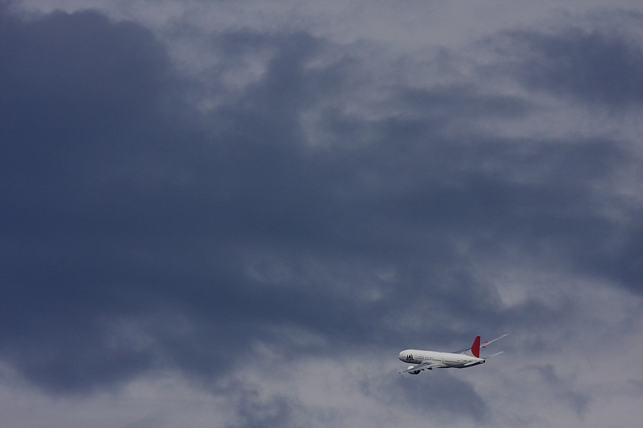 今日の北西の空&JAL B777-246 JAL112@RWY14Rエンド・猪名川土手(by EOS40D with EF100-400/4.5-5.6L IS)