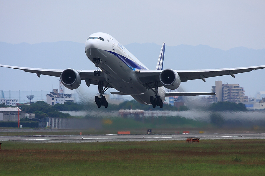 ANA B777-381 ANA105@RWY14Rエンド(by EOS40D with EF100-400/4.5-5.6L IS)