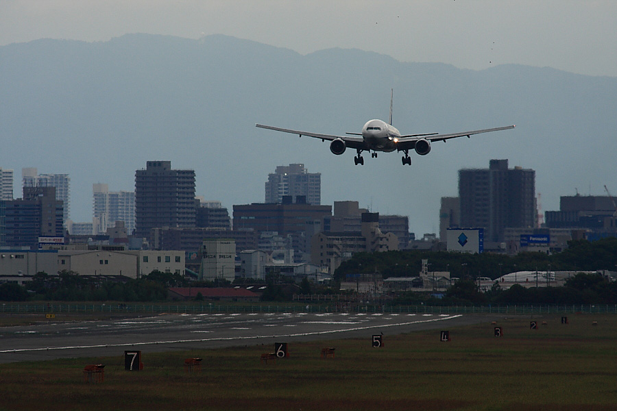 ANA B777-381 ANA19@RWY14Rエンド・猪名川土手(by EOS40D with SIGMA APO300/2.8 EX DG+APO TC2x)
