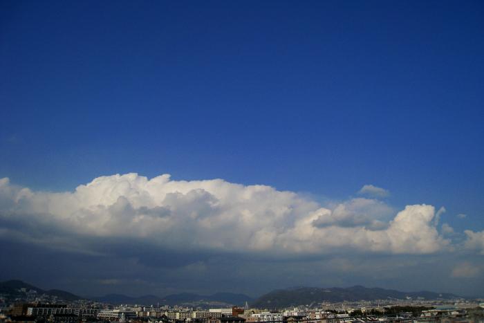 今日の昼下がり・・・五月山方面の空(by IXY DIGITAL 910IS)