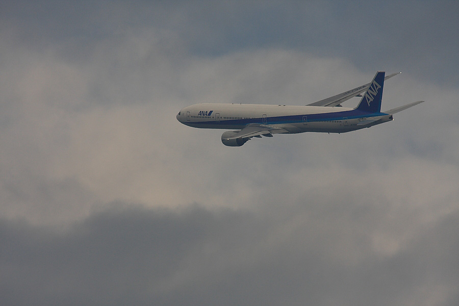 ANA B777-381ER ANA2176@RWY14Rエンド(by EOS40D with SIGMA APO300/2.8 EX DG+APO TC2x)