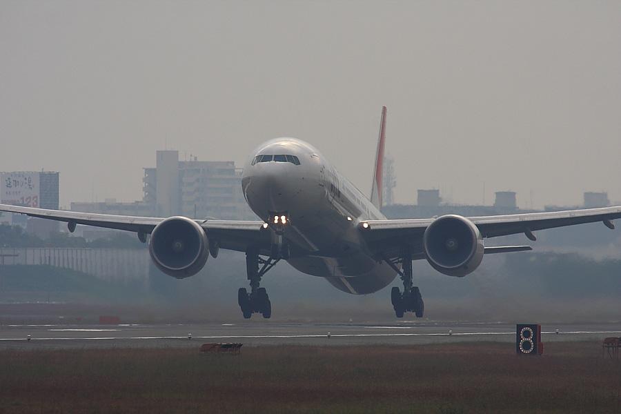 JAL B777-346ER JAL3002@RWY14Rエンド(by EOS40D with SIGMA APO300/2.8 EX DG+APO TC2x)