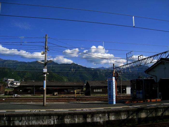 今日の空、今日の山@伊予西条駅ホーム(by IXY DIGITAL 910IS)