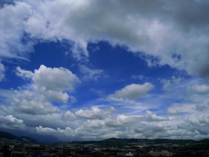 今日の昼の空(宝塚方面)@会社屋上(by IXY DIGITAL 910IS)